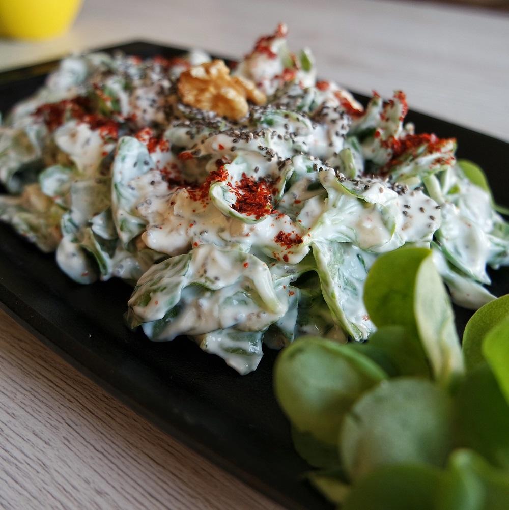 Chia Tohumlu Yoğurtlu Semizotu Salatası