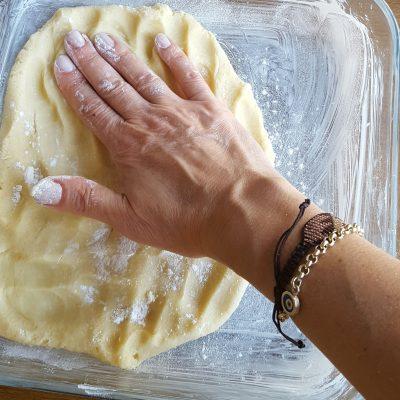 8- Önceden ısıttığımız 180 derece fırında üzeri kızarıncaya kadar 25-30 dakika kadar pişirelim. 9- Soğuyunca kare keserek servisini yapalım.